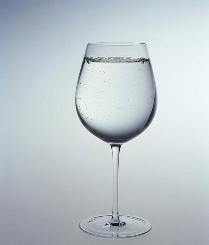 无人,竖图,黑白,室内,特写,白天,白色背景,正面,水,桌面,桌子,静物