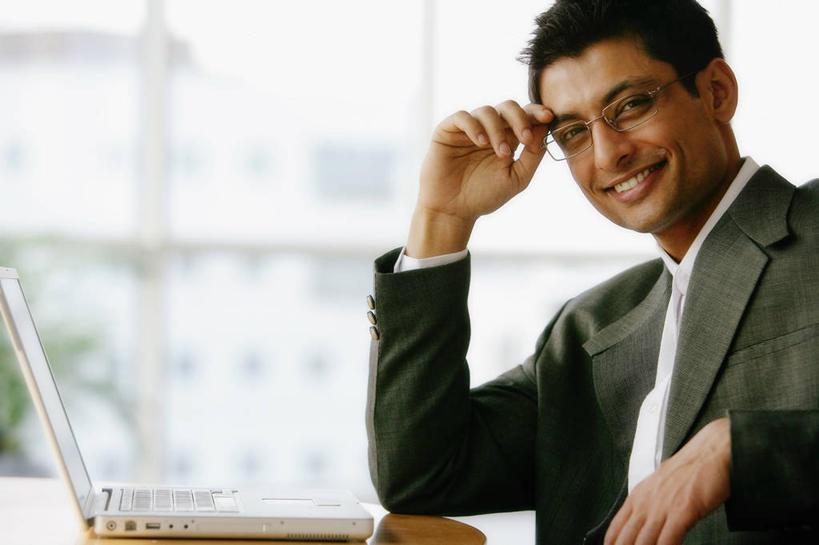 一个人,商务人士,商务男性,办公室,坐,笑,微笑,露齿笑,横图,室内,白天