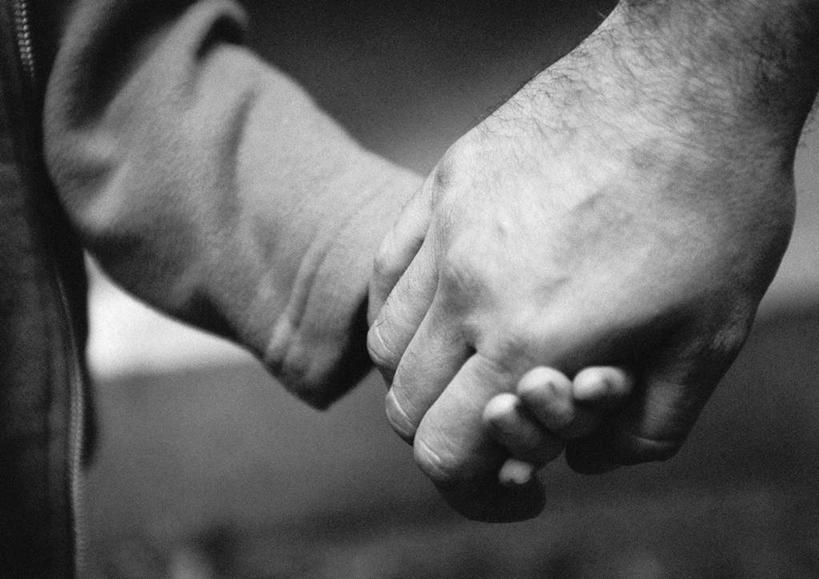 儿童,手,两个人,家庭,父亲,儿子,握手,摸,横图,黑白,室内,特写,白天