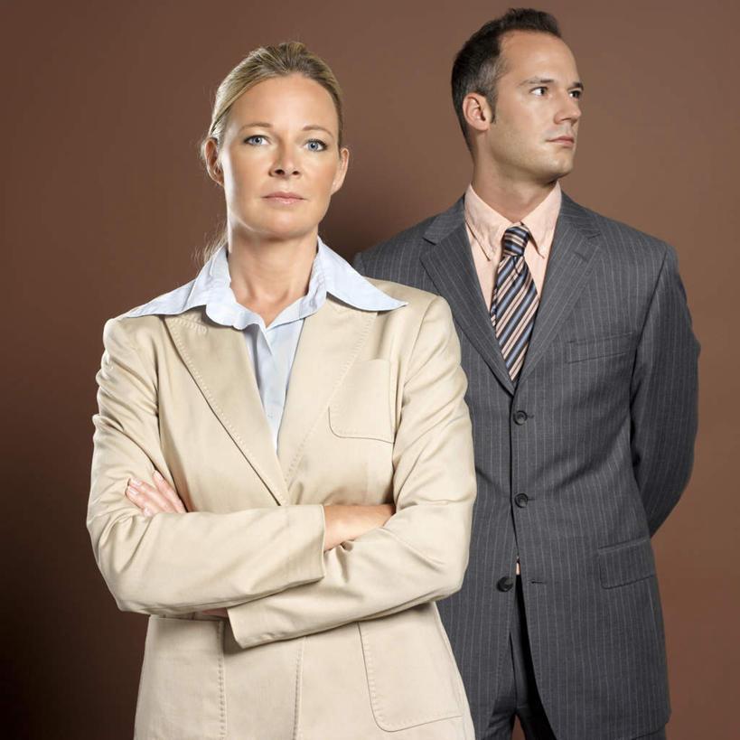 西方人,两个人,同事,商务人士,商务男性,商务女性,站,双手交叉,方图