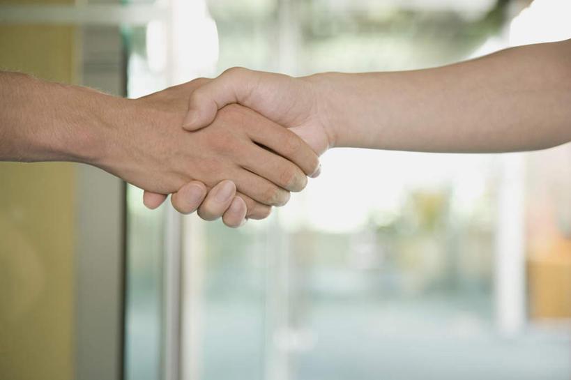 西方人,手,两个人,伙伴,朋友,握手,横图,室内,特写,白天,正面,友谊