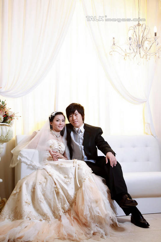 家庭,夫妻,新娘,新郎,坐,笑,微笑,露齿笑,竖图,室内,白天,正面,婚纱