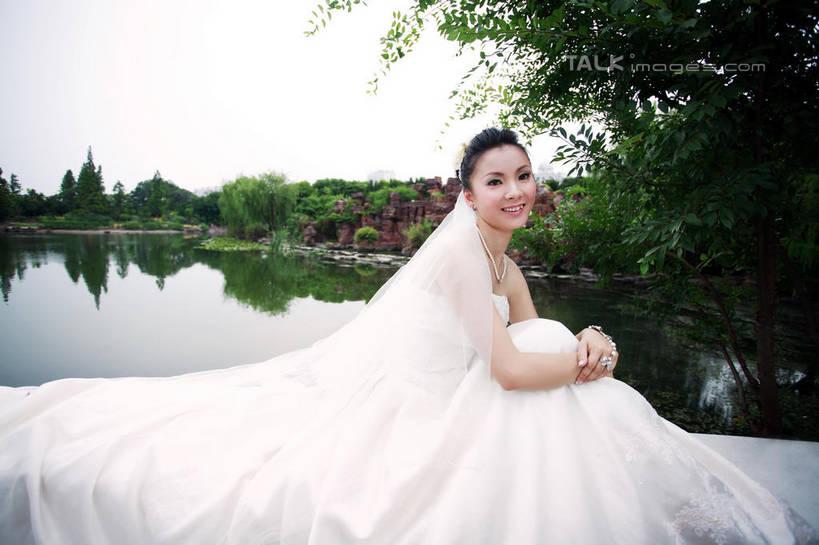 一个人,新娘,教堂,坐,笑,微笑,露齿笑,横图,室外,白天,侧面,婚纱,婚礼