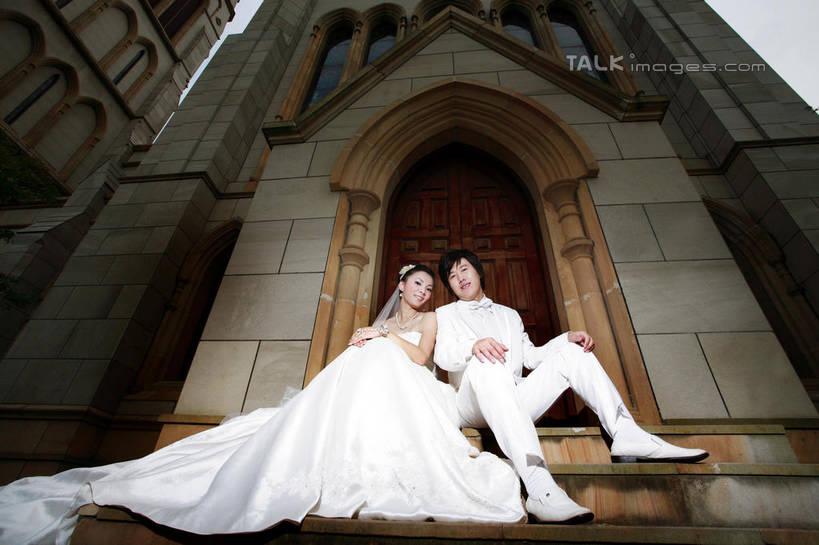 家庭,夫妻,新娘,新郎,教堂,坐,笑,微笑,横图,室外,白天,仰视,婚纱